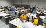 2020年11月16日、米ジョージア州グイネット郡(Gwinnett County)で手作業の再集計を行っているスタッフら(Megan Varner/Getty Images)