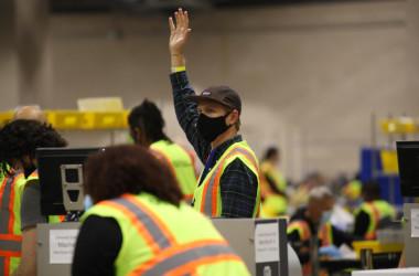 2020年11月4日、米ペンシルべニア州フィラデルフィアで集計作業を行う選挙スタッフ(Spencer Platt/Getty Images)
