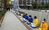 11月24日、王毅氏の来日に合わせて、法輪功学習者は議員会館前で迫害停止を訴える静かな抗議活動を行なった(大紀元)