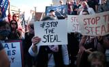 2020年11月7日、米メディアがジョー・バイデン氏がペンシルベニア州で勝利したと報道した後、トランプ大統領の支持者らは同州ハリスバーグの州政府庁舎前で抗議した(Spencer Platt/Getty Images)