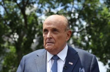 2020年7月1日、ホワイトハウスの外で記者団に語る、ドナルド・トランプ前大統領の弁護士で元ニューヨーク市長のルディ・ジュリアーニ氏(Chip Somodevilla/Getty Images)