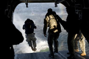 米陸軍第7特殊部隊「グリーンベレー」が、フロリダ州エグリン空軍基地でCH-47「チヌーク」輸送ヘリからヘリキャスティング訓練を行っている=2013年2月6日(U.S. Army photo by Spc. Steven K. Young/Released)