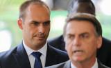 ブラジルのエドゥアルド・ボルソナロ下院議員(左)とジャイル・ボルソナロ大統領(右)(SERGIO LIMA/AFP via Getty Images)
