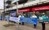 カナダ・トロントにあるマルコ・メンディチーノ移民相の事務所前で、法輪功に対する迫害加担者への制裁を求める運動を行う法輪功学習者たち(大紀元)