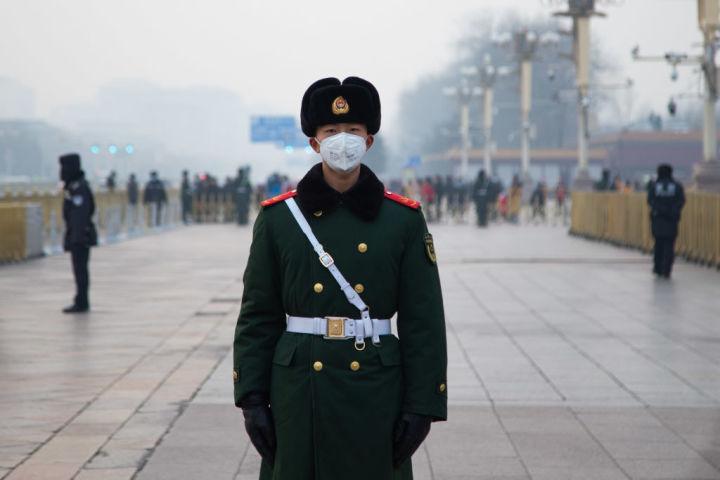 2020年1月、北京の天安門を警備する中国兵士(Betsy Joles/Getty Images)