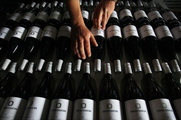 対中政策に関する列国議員連盟(IPAC)はこのほど、中国政府のいじめに対抗するためオーストラリア産ワインを支えるキャンペーンを主導した。写真は11月24日、オーストラリアのトゥンバルンバで出荷されるワイン( Lisa Maree Williams/Getty Images)