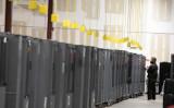 米共和党の選挙監視員が、ジョージア州アトランタのフルトン郡選挙準備センターに保管されている投票機の運搬用ケースを確認している=2020年11月4日(Jessica McGowan/Getty Images)