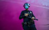 ブラック・ライブス・マター運動が起きた米ロサンゼルスで、抗議者の放ったピンクの煙に包まれる警官(APU GOMES/AFP via Getty Images)