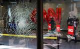 2020年5月20日、米ジョージア州アトランタにあるCNN本社の窓ガラスは抗議者らによって破損した(Elijah Nouvelage/Getty Images)