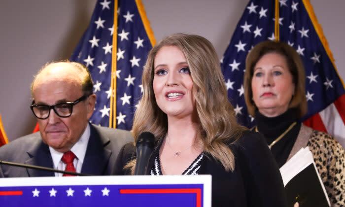 2020年11月19日、ワシントンの共和党全国委員会本部の記者会見で、ルディ・ジュリアーニ 氏(左)とシドニー・パウエル氏(右)と共にメディアに語る、トランプ陣営の上級法律顧問のジェナ・エリス氏(Charlotte Cuthbertson/The Epoch Times)