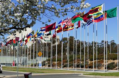 世界各地の法輪功学習者は、29カ国政府に迫害加担者リストを提出し、制裁を求めた。オーストラリアの首都キャンベラで撮影した万国旗(大紀元)