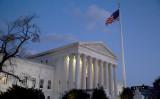 2016年2月13日、ワシントンの連邦最高裁判所と米国国旗 (Drew Angerer/Getty Images)