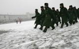 カナダは、中国人民解放軍の兵士を招いた国内基地における軍事訓練プログラムを中止した。写真は2008年、天安門広場前を行進する中国兵たち(STR / AFP via Getty Images)