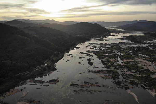 タイに流れるメコン川(Photo by Lillian SUWANRUMPHA / AFP)