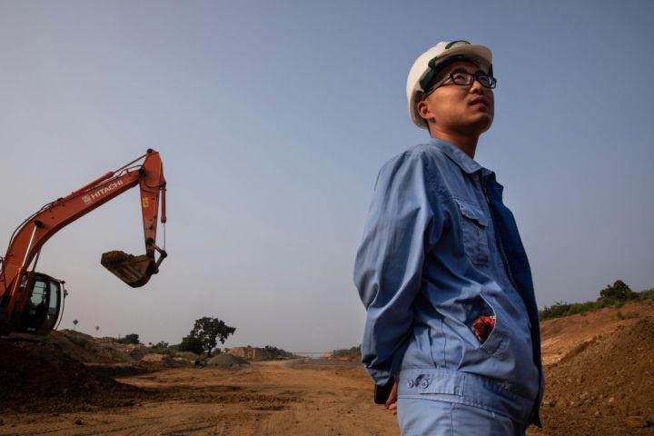 一帯一路の融資約3兆円相当が再交渉中、新興国の債務危機が中国に降りかかる可能性がある。2018年、スリランカのハンバントタで建設中の鉄道工事(Paula Bronstein/Getty Images)
