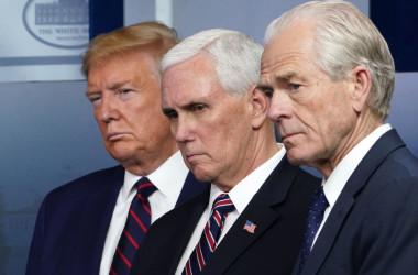 経済学者ピーター・ナバロ氏は米大統領選の公平性に関する報告書を発表した。写真は2020年4月、ホワイトハウスで記者会見に出席したナバロ氏(右)、マイク・ペンス副大統領(中央)、ドナルド・トランプ大統領(左)(MANDEL NGAN/AFP via Getty Images)