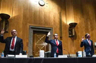トランプ氏の弁護士の議会公聴会での一部発言を、ユーチューブは削除した。2020年12月20日、上院国土安全保障・政府問題委員会の不正選挙に関する公聴会に出席したトランプ陣営弁護士ビノール氏(中央)(Jim Lo Scalzo-Pool/Getty Images)