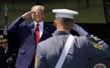 米ニューヨーク州ウエストポイントの陸軍士官学校の卒業式で、卒業生らを前に敬礼するドナルド・トランプ大統領=2020年6月13日(Timothy A. Clary/AFP via Getty Images)