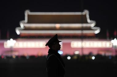 2018年3月11日、北京で全国人民代表大会が開催される中、天安門広場で警備に立つ警官(GREG BAKER/AFP via Getty Images)
