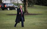 2019年12月18日、ホワイトハウスのサウスローンを歩き、マリンワンへと向かうドナルド・トランプ大統領(Charlotte Cuthbertson/The Epoch Times)