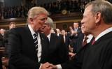 2017年2月28日、トランプ大統領と連邦最高裁のジョン・ロバーツ判事(Jim Lo Scalzo-Pool/Getty Images)
