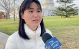 米首都ワシントンD.C.の国会議事堂前でインタビューを受ける我那覇真子さん=2020年12月15日(スクリーンショット)