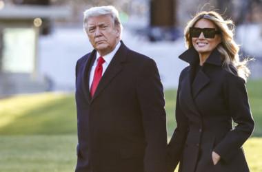 2020年12月23日、ホワイトハウスのサウスローンを歩くドナルド・トランプ大統領とメラニア夫人(Tasos Katopodis/Getty Images)