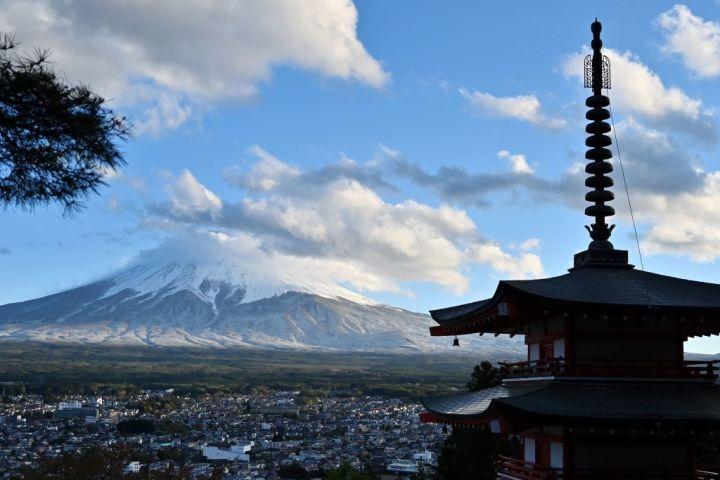 山梨県富士吉田市から望む富士山(CHARLY TRIBALLEAU/AFP via Getty Images)