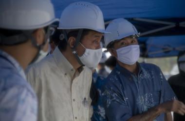 岸信夫防衛大臣は2020年10月22日、沖縄のキャンプ・シュワブで普天間飛行場の代替施設の建設現場を視察する(U.S. Marine Corps photo by Lance Cpl. Alex Fairchild)