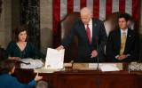 米上下院合同会議で、2016年大統領選の選挙人票を承認する手続きを行うジョー・バイデン副大統領(当時)(Mark Wilson/Getty Images)