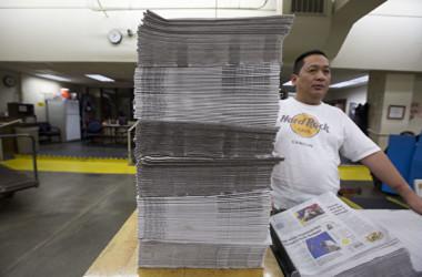 ワシントン州で印刷された新聞を整理する従業員(Natalie Behring/Getty Images)