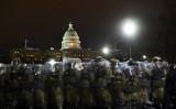 トランプ米大統領はワシントンに集まった抗議者に帰宅を呼びかけた。写真は6日、議事堂前を警備する武装警察(BRENDAN SMIALOWSKI/AFP via Getty Images)