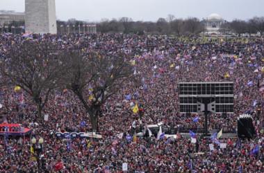 大統領選の不正に抗議し、トランプ氏の演説を聴きに来た集会参加者。1月6日撮影(Jacquelyn Martin/AP Photo)