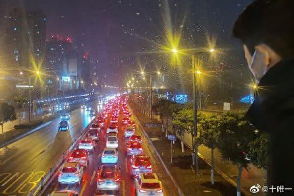 中国SNS微博の投稿によると、1月7日朝から北京市内に向かう高速道路で深刻な渋滞が発生した(スクリーンショット)