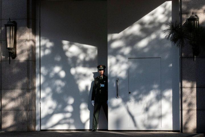 2019年10月28日、中国共産党第19期中央委員会第4回全体会議(四中全会)が北京の京西賓館で開かれた。会場入り口の警備を担当する軍兵士。イメージ(Nicolas Asfouri/AFP via Getty Images)
