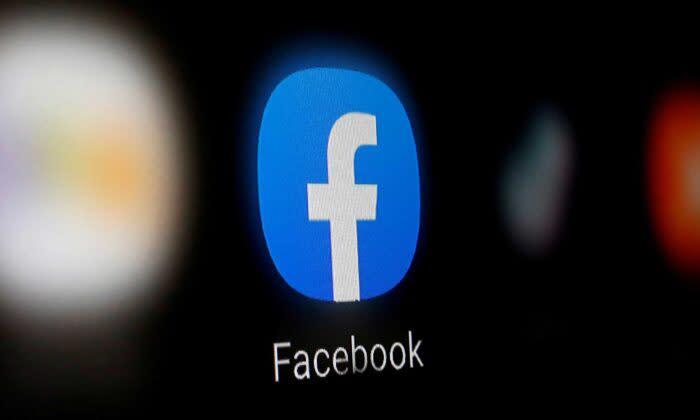 2020年1月6日、スマートフォンに表示されるフェイスブックのロゴ(Dado Ruvic/Reuters)