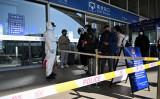 2021年1月7日、中国の石家荘駅で利用客は構内に入るのを禁じられた (STR/CNS/AFP via Getty Images)