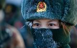2021年1月4日、中国西部パミール高原で軍事訓練中の中国軍女性兵士(STR/AFP via Getty Images)