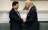 バイデン米副大統領と習近平中国国家副主席(いずれも当時)は2012年2月14日、ワシントンのホワイトハウスで握手を交わした。(Chip Somodevilla/Getty Images)