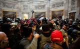 1月6日、不正選挙への抗議者が侵入し混乱する連邦議会議事堂(Ahmed Gaber/Reuters)