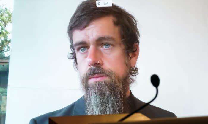 2020年10月28日にワシントンで行われた、通信品位法第230条の改正に関する公聴会で、オンラインで証言するツイッターのCEO、ジャック・ドーシー氏(Greg Nash/Pool/AFP via Getty Images)