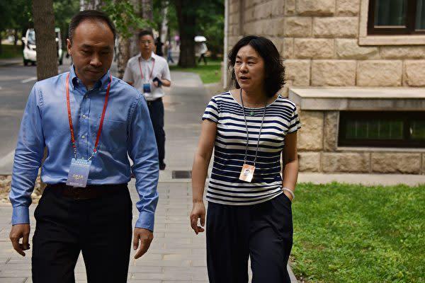 2019年、中国共産党の中央党校で研修を受けている外務省の華春瑩報道官(右)(LEO RAMIREZ/AFP via Getty Images)