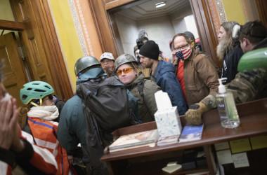1月6日の連邦議会議事堂の騒乱で、多数の侵入者がペロシ議員の事務室に集まっている(Win McNamee/Getty Images)