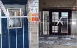 チチハル市当局は、北疆雅苑小区(左)や暢心園小区(右)など、市内一部のマンションの出入り口の扉を溶接した(大紀元)
