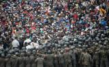中米グアテマラの国境警備隊を押しのけて入国しようとするホンジュラスの移民集団(Photo by JOHAN ORDONEZ/AFP via Getty Images)