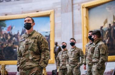 2021年1月23日、米国議会議事堂ツアーで、州兵が議事堂に立つ(Brandon Bell/Getty Images)