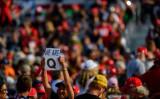写真は2020年9月、ペンシルベニア州におけるトランプ氏の集会に参加するQアノン支持者(Photo by Jeff Swensen/Getty Images)