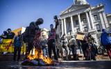 2021年1月20日、米コロラド州・デンバーで、アンティファやアメリカ共産党などのメンバーらが州議会の前で米国旗を燃やした(Michael Ciaglo/Getty Images)