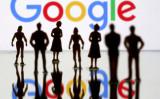 Googleのロゴの前には、小さなフィギュア(おもちゃ)がいくつか置かれている=2019年4月8日(Dado Ruvic/Reuters)
