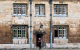 英、44の技術分野でビザ審査を厳格化する。ケンブリッジ大学内を歩く学生、2020年10月撮影(Justin Tallis/AFP/GettyImages)